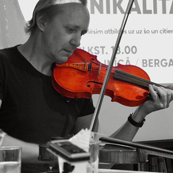 Saruna par Pētera Strazdiņa vijoli. Foto